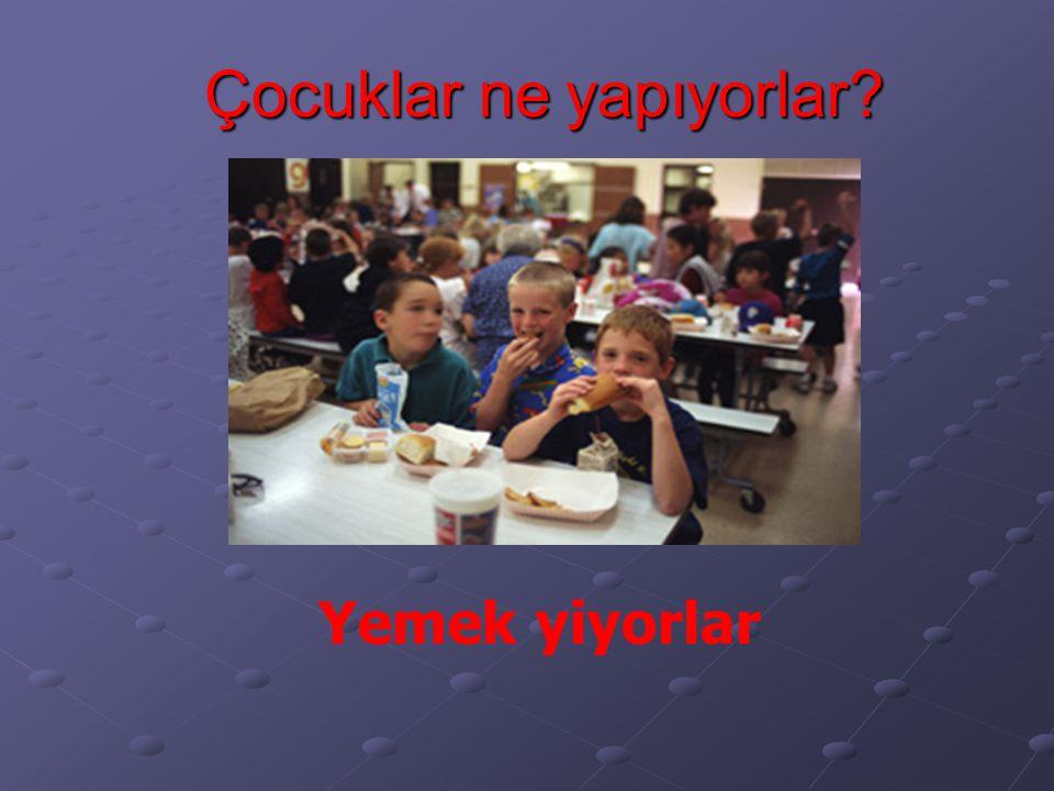 Çocuklar ne yapıyorlar? Yemek yiyorlar