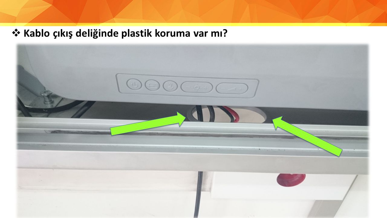 Kablo çıkış deliğinde plastik koruma var mı