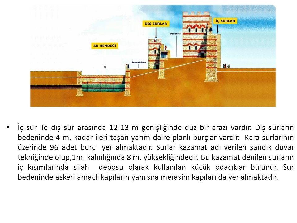İç sur ile dış sur arasında 12-13 m genişliğinde düz bir arazi vardır