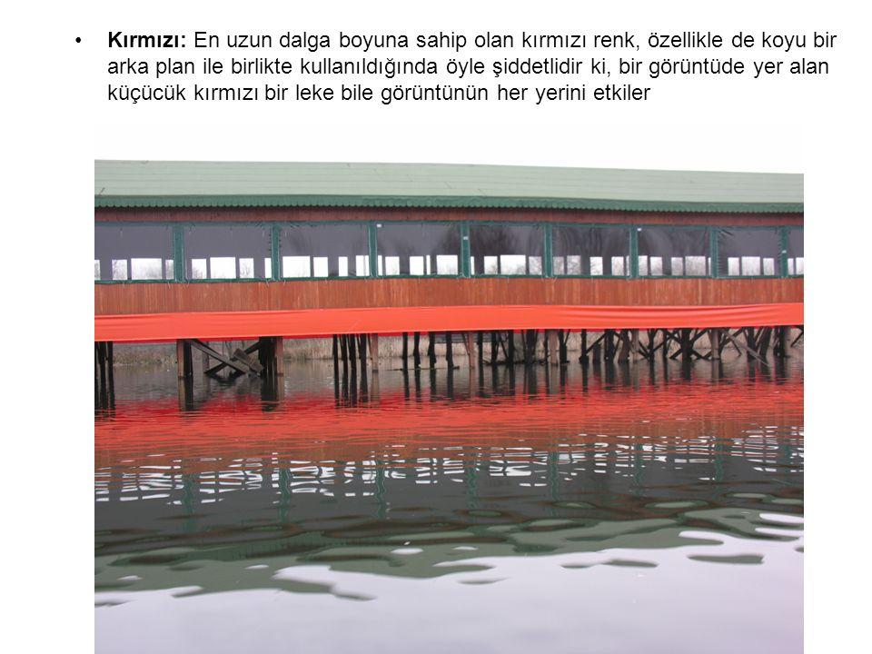 Kırmızı: En uzun dalga boyuna sahip olan kırmızı renk, özellikle de koyu bir arka plan ile birlikte kullanıldığında öyle şiddetlidir ki, bir görüntüde yer alan küçücük kırmızı bir leke bile görüntünün her yerini etkiler