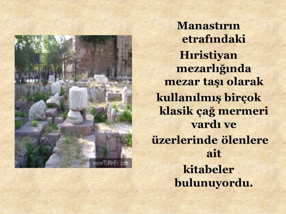 Manastırın etrafındaki Hıristiyan mezarlığında mezar taşı olarak kullanılmış birçok klasik çağ mermeri vardı ve üzerlerinde ölenlere ait kitabeler bulunuyordu.