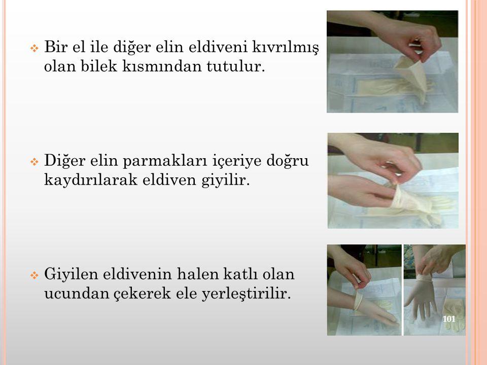 Bir el ile diğer elin eldiveni kıvrılmış olan bilek kısmından tutulur.