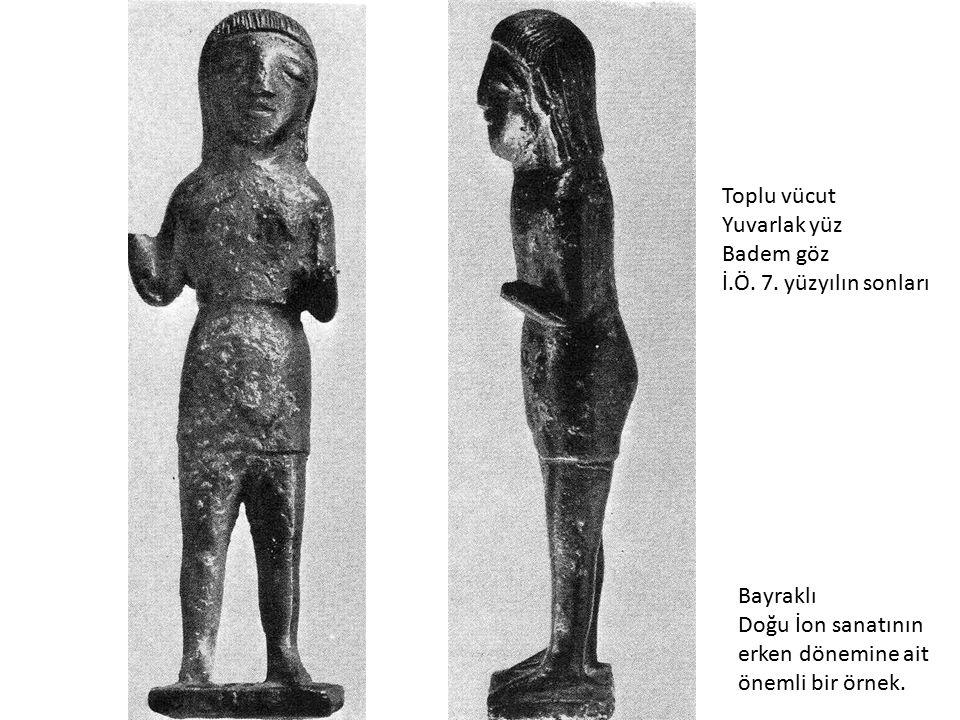 Toplu vücut Yuvarlak yüz. Badem göz. İ.Ö. 7. yüzyılın sonları. Bayraklı. Doğu İon sanatının. erken dönemine ait.