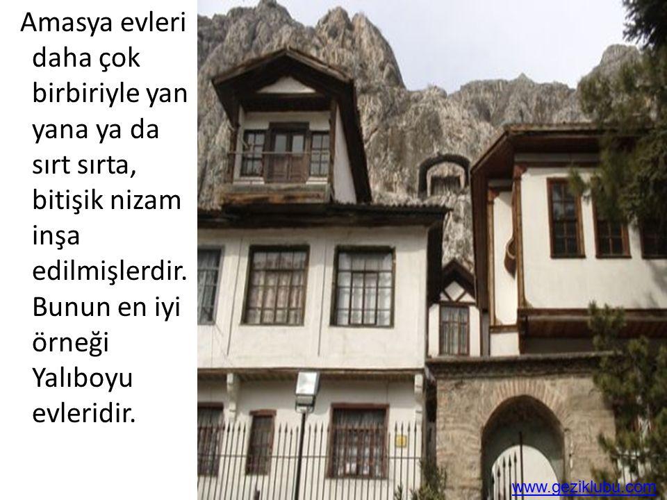 Amasya evleri daha çok birbiriyle yan yana ya da sırt sırta, bitişik nizam inşa edilmişlerdir. Bunun en iyi örneği Yalıboyu evleridir.