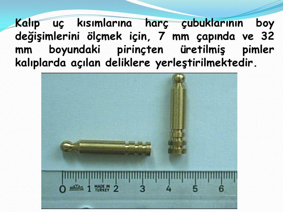 Kalıp uç kısımlarına harç çubuklarının boy değişimlerini ölçmek için, 7 mm çapında ve 32 mm boyundaki pirinçten üretilmiş pimler kalıplarda açılan deliklere yerleştirilmektedir.