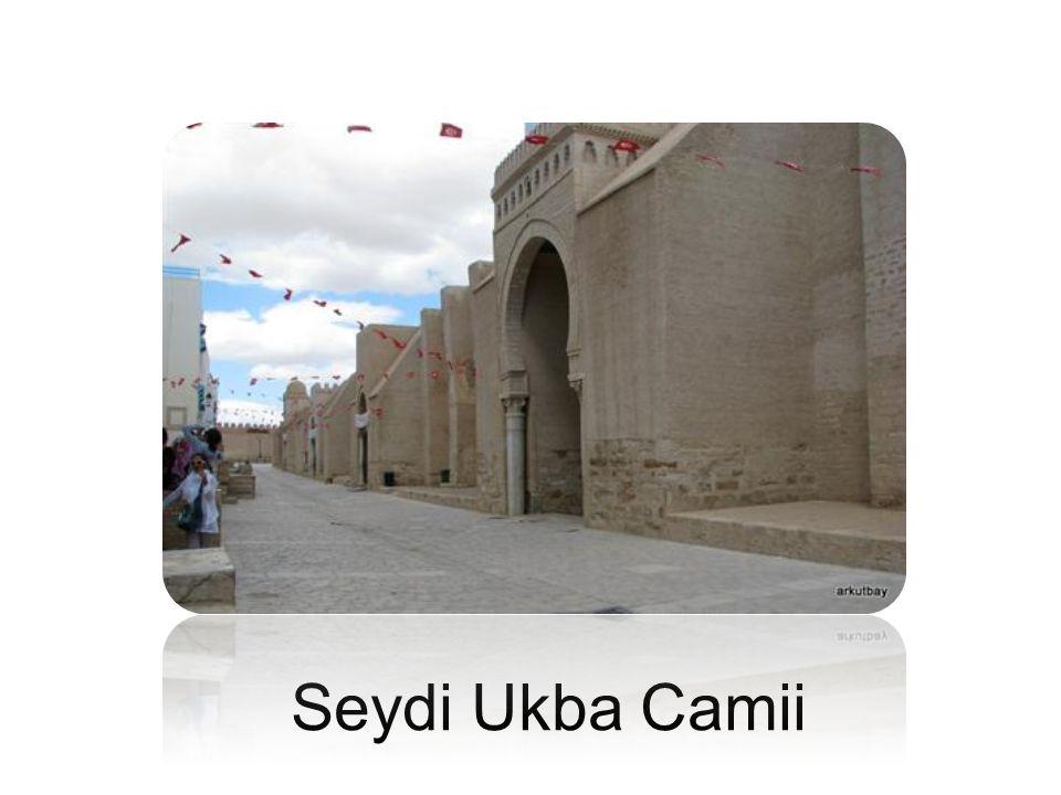 Tunus un Kayrevan şehrinde bulunan ve yapımı 670 de başlatılan Kayrevan Ulu Camii nin (Seydi Ukba Camii) planı ilk İslam camileri gibidir. 724-727 yıllarında yeniden yapılan yapının minaresi bu sırada yapılmıştır. 836 yılında genişletilen cami bugünkü hâliyle Aglebiler dönemine aittir