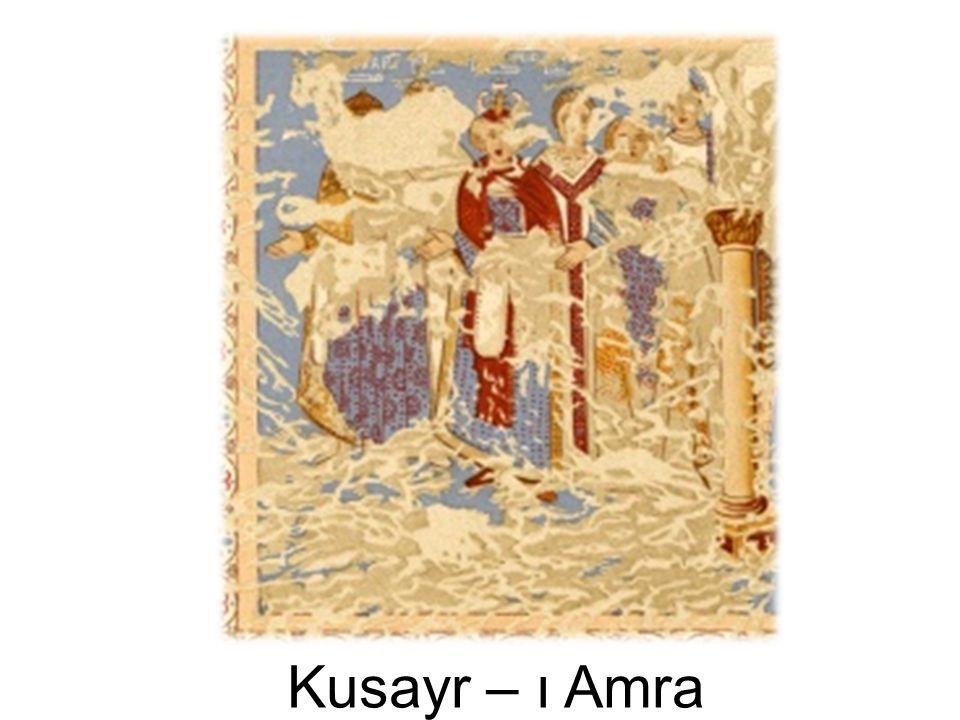 Qusayr Amrā'nın ana salonunda bugün neredeyse silinmiş fakat zamanında Mousil tarafından kopyaları çıkarılmış Kral figürleri bulunmaktadır. (Resim 1). Bazıları Mousil zamanında da net olmayan bu figürlerin yanlarına Arapça ve Yunanca olarak isimleri yazılmıştır. Okunabilenlerin, Bizans imparatoru (Kayser), Vizigot Kralı (Roderik), Sâsâni şahı (Kisra), Habeş Kralı (Negüs-NecaĢi) oldukları anlaĢılmakta, okunamayanlarında Türk ve Çin Hakanları olduğu sanılmaktadır. Ortadaki figürün baĢındaki Sâsân tâcı net bir şekilde fark edilmektedir. Bu sahnenin, tüm dünya krallarının islâm fetihlerine boyun eğdirmesini temsil ettiği ileri sürülmüştür.
