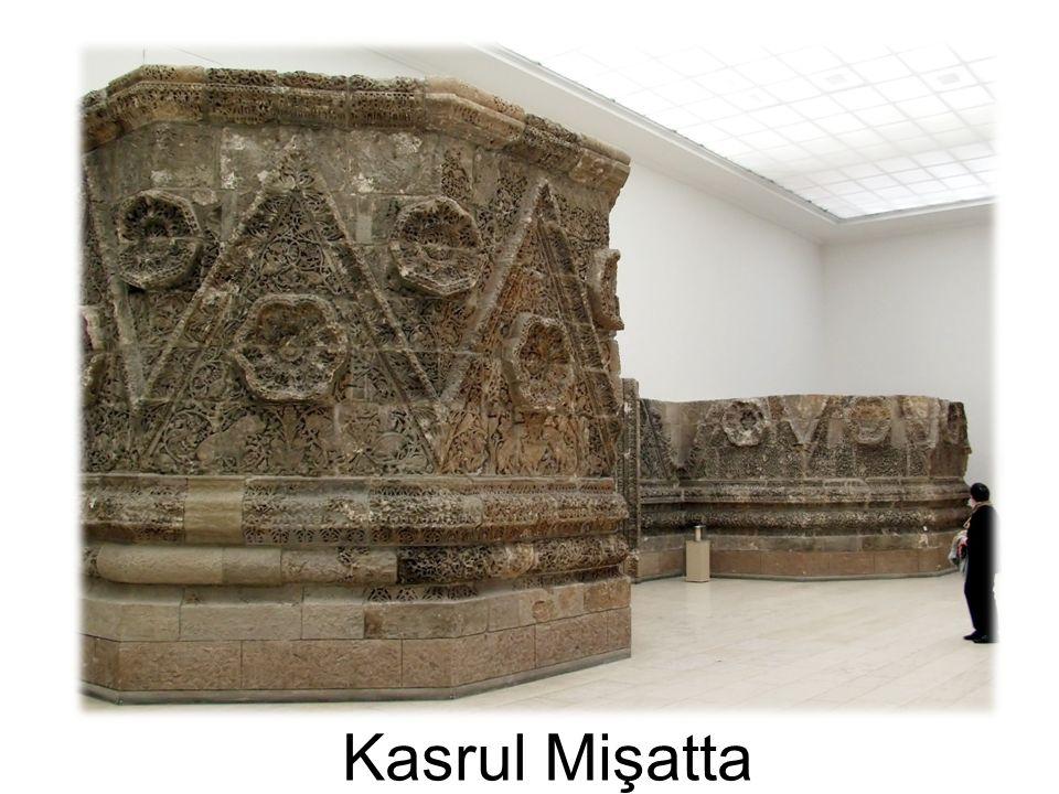 Mşatta Sarayı nın büyük giriş kapısının iki yanındaki beşgen kulelerin alt bölümleri, Pergamon Müzesi, Berlin