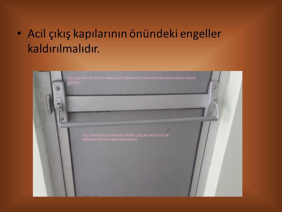 Acil çıkış kapılarının önündeki engeller kaldırılmalıdır.