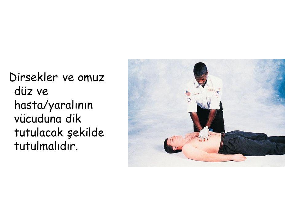Dirsekler ve omuz düz ve hasta/yaralının vücuduna dik tutulacak şekilde tutulmalıdır.