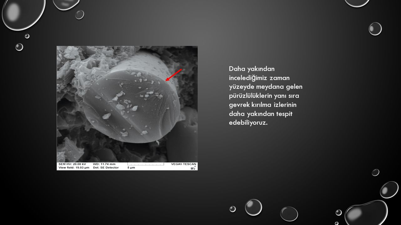 Daha yakından incelediğimiz zaman yüzeyde meydana gelen pürüzlülüklerin yanı sıra gevrek kırılma izlerinin daha yakından tespit edebiliyoruz.