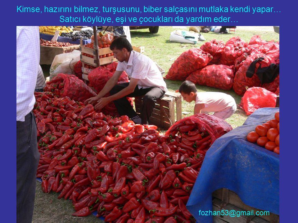 Kimse, hazırını bilmez, turşusunu, biber salçasını mutlaka kendi yapar… Satıcı köylüye, eşi ve çocukları da yardım eder…