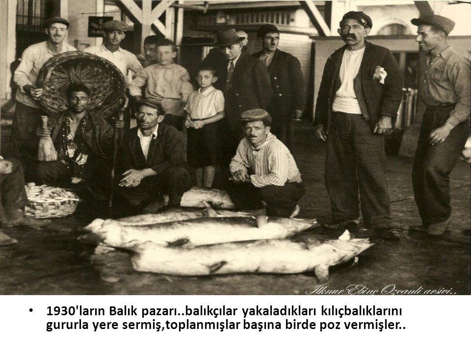 1930 ların Balık pazarı..balıkçılar yakaladıkları kılıçbalıklarını gururla yere sermiş,toplanmışlar başına birde poz vermişler..