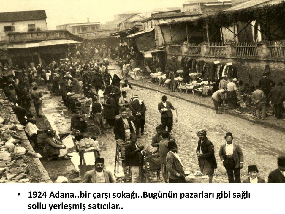1924 Adana..bir çarşı sokağı..Bugünün pazarları gibi sağlı sollu yerleşmiş satıcılar..