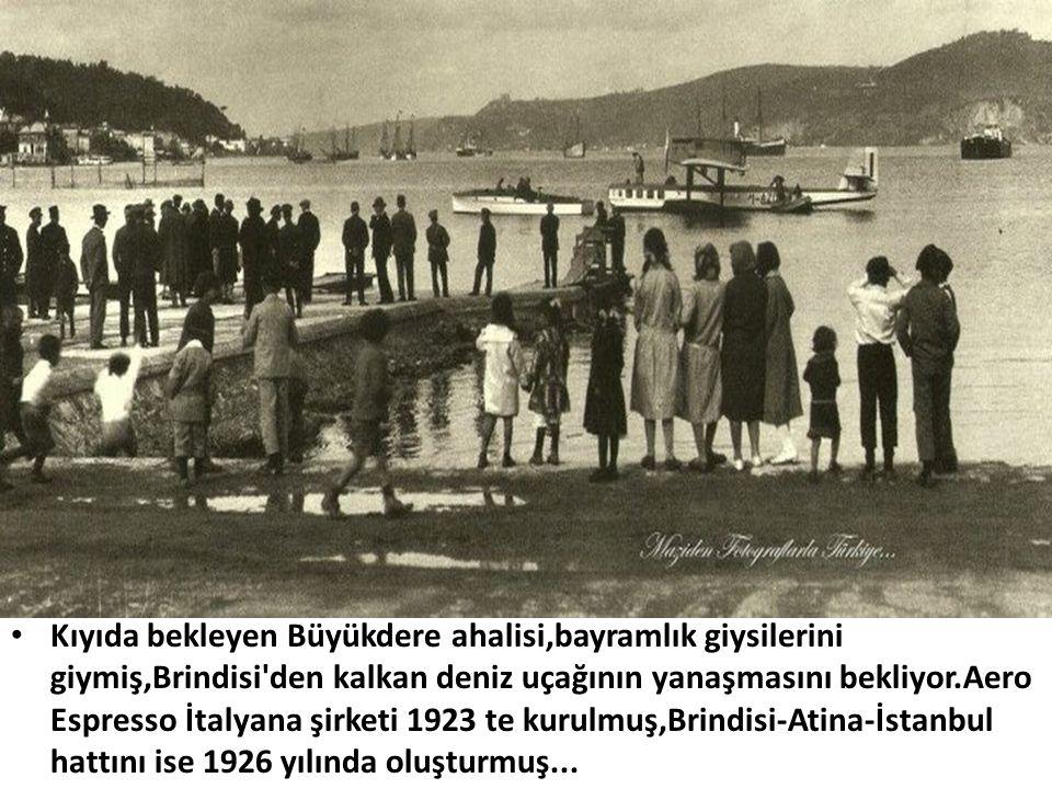 Kıyıda bekleyen Büyükdere ahalisi,bayramlık giysilerini giymiş,Brindisi den kalkan deniz uçağının yanaşmasını bekliyor.Aero Espresso İtalyana şirketi 1923 te kurulmuş,Brindisi-Atina-İstanbul hattını ise 1926 yılında oluşturmuş...