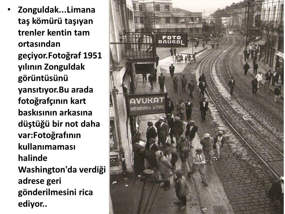 Zonguldak...Limana taş kömürü taşıyan trenler kentin tam ortasından geçiyor.Fotoğraf 1951 yılının Zonguldak görüntüsünü yansıtıyor.Bu arada fotoğrafçının kart baskısının arkasına düştüğü bir not daha var:Fotoğrafının kullanımaması halinde Washington da verdiği adrese geri gönderilmesini rica ediyor..