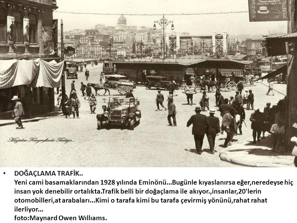 DOĞAÇLAMA TRAFİK. Yeni cami basamaklarından 1928 yılında Eminönü