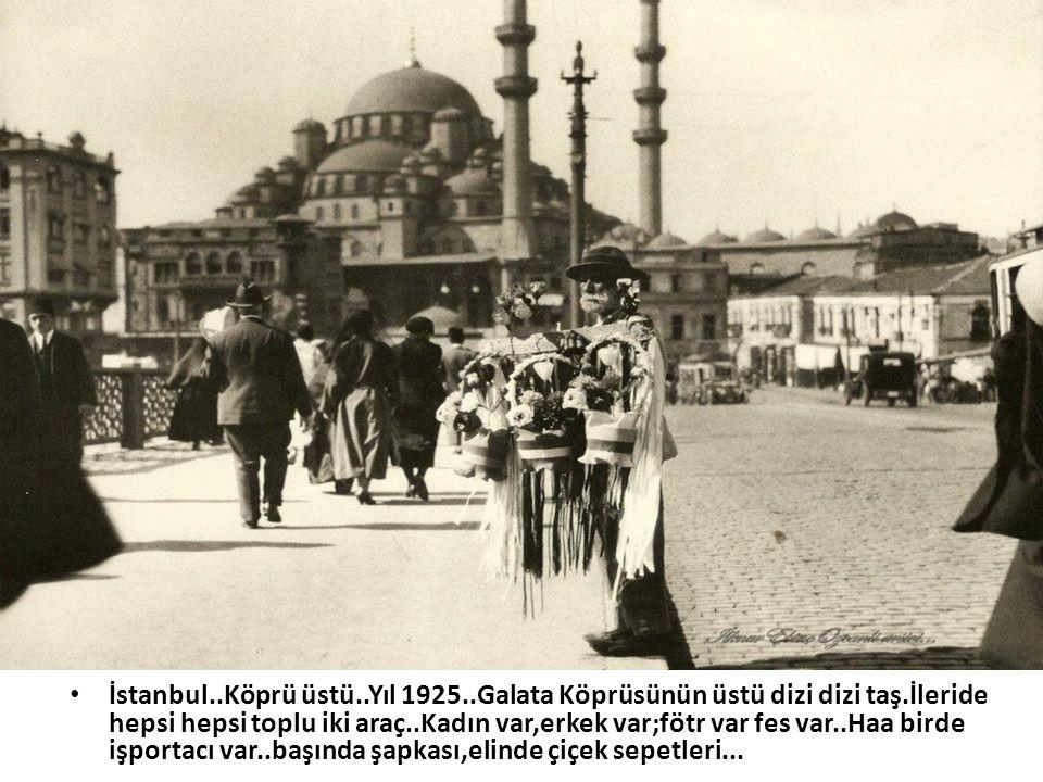 İstanbul. Köprü üstü. Yıl 1925. Galata Köprüsünün üstü dizi dizi taş