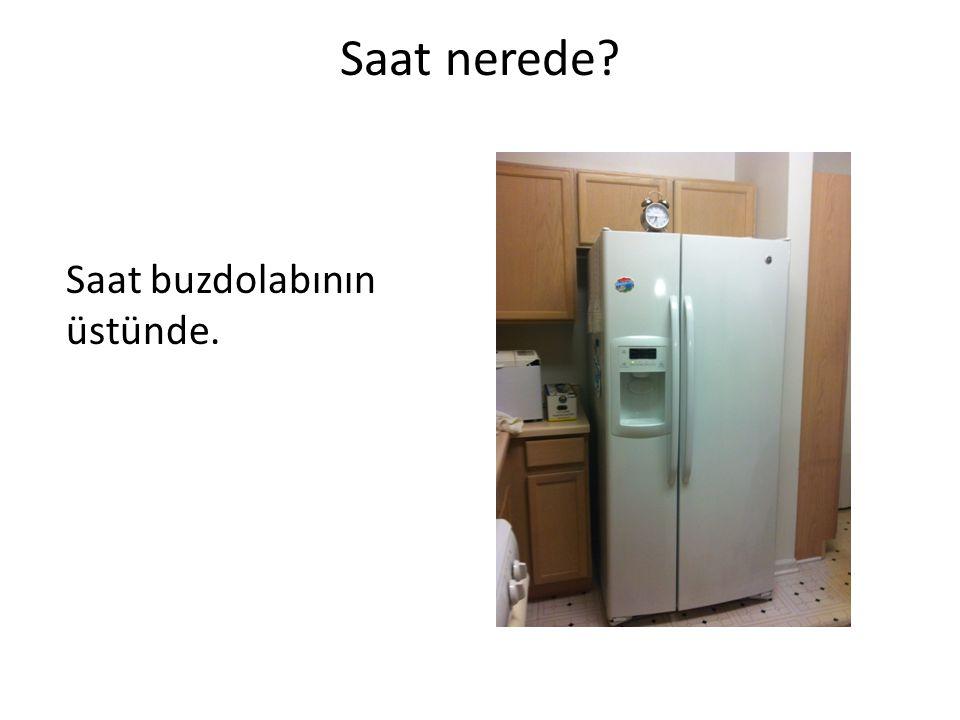 Saat nerede Saat buzdolabının üstünde.