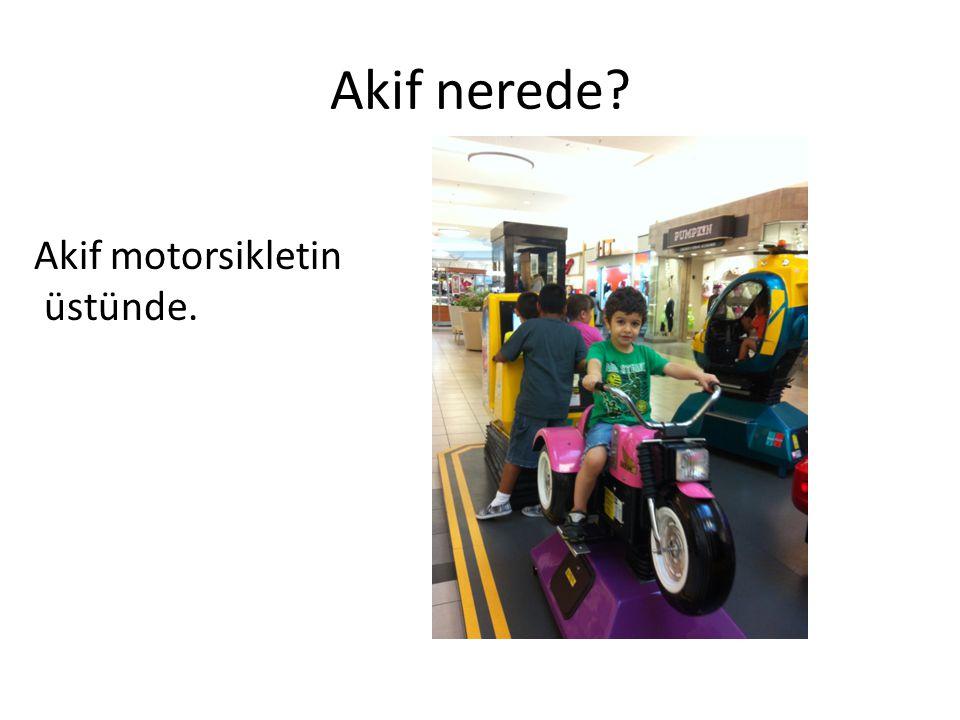 Akif nerede Akif motorsikletin üstünde.