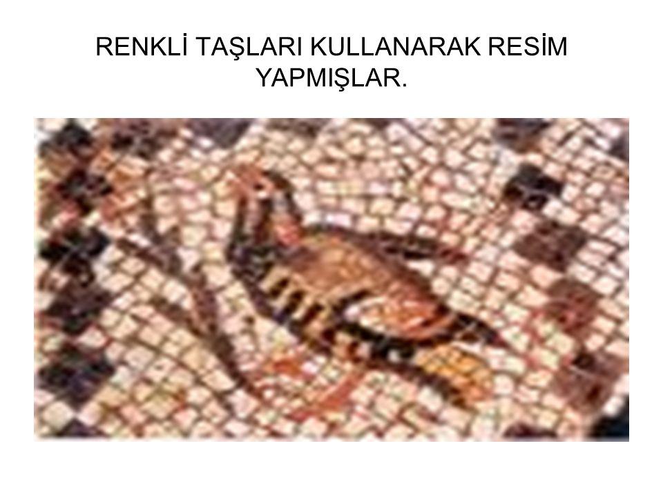 RENKLİ TAŞLARI KULLANARAK RESİM YAPMIŞLAR.