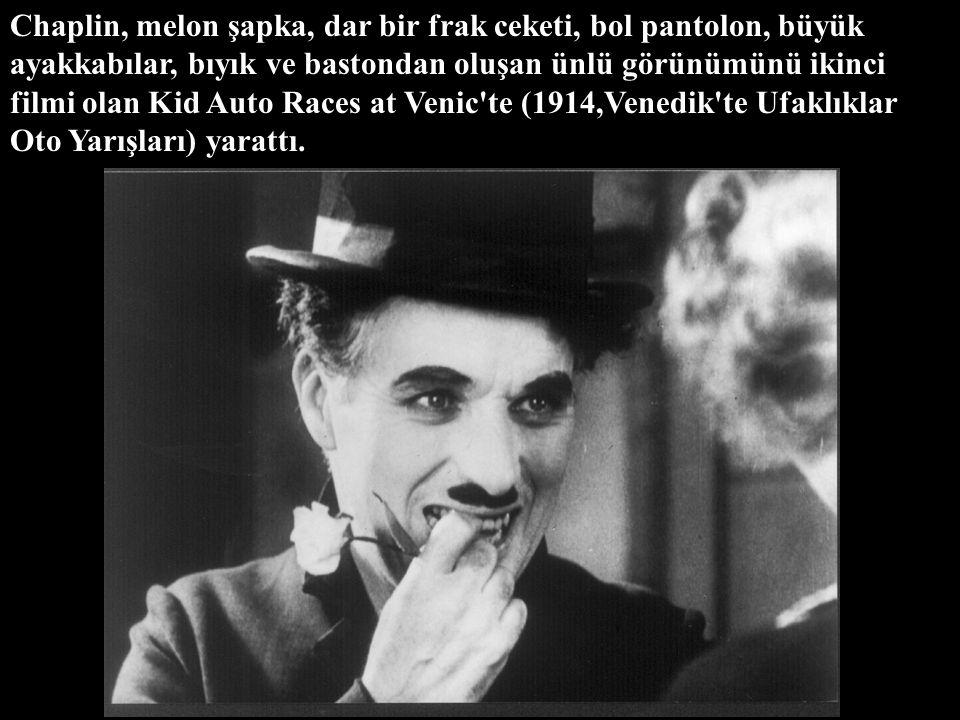 Chaplin, melon şapka, dar bir frak ceketi, bol pantolon, büyük ayakkabılar, bıyık ve bastondan oluşan ünlü görünümünü ikinci filmi olan Kid Auto Races at Venic te (1914,Venedik te Ufaklıklar Oto Yarışları) yarattı.