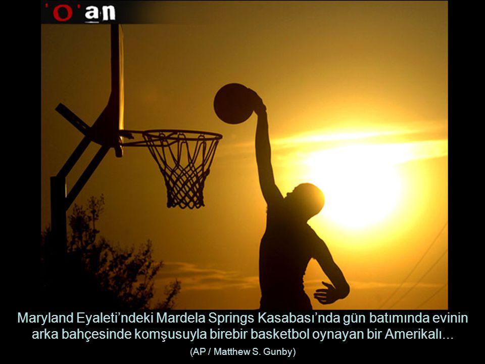 Maryland Eyaleti'ndeki Mardela Springs Kasabası'nda gün batımında evinin arka bahçesinde komşusuyla birebir basketbol oynayan bir Amerikalı...