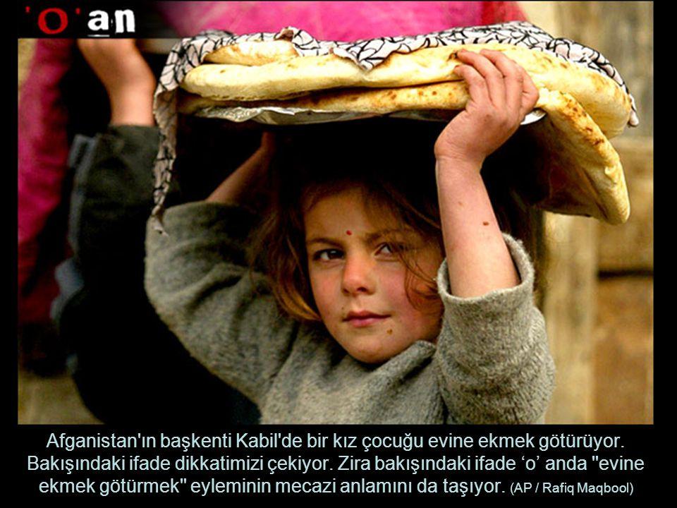 Afganistan ın başkenti Kabil de bir kız çocuğu evine ekmek götürüyor