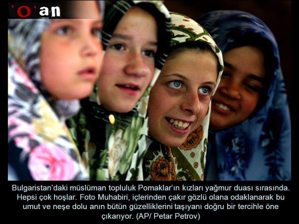 Bulgaristan'daki müslüman topluluk Pomaklar'ın kızları yağmur duası sırasında.