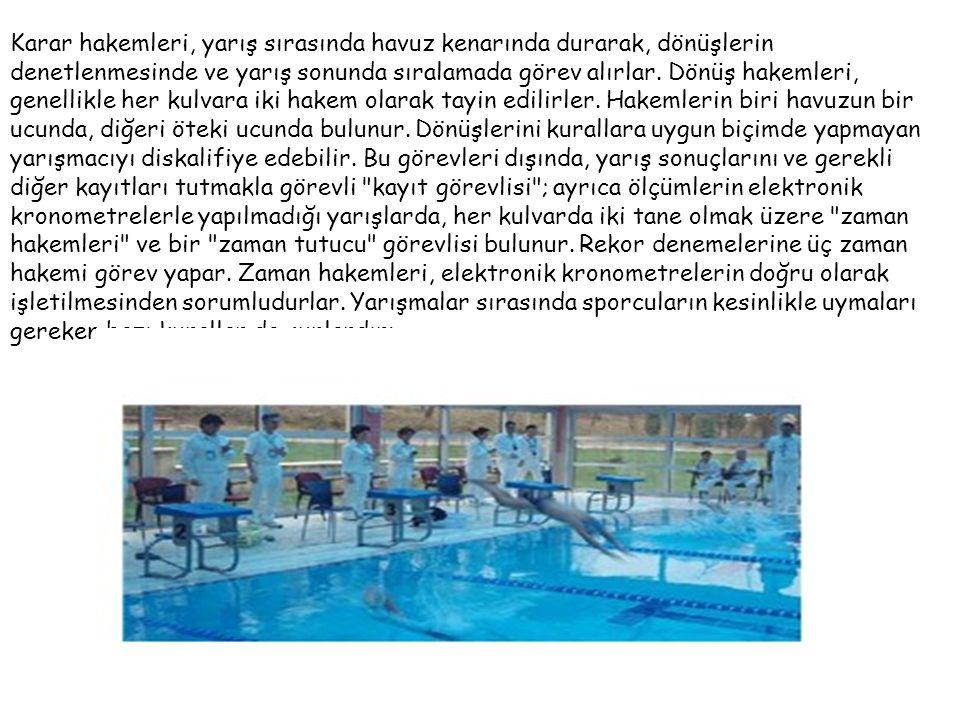Karar hakemleri, yarış sırasında havuz kenarında durarak, dönüşlerin denetlenmesinde ve yarış sonunda sıralamada görev alırlar.