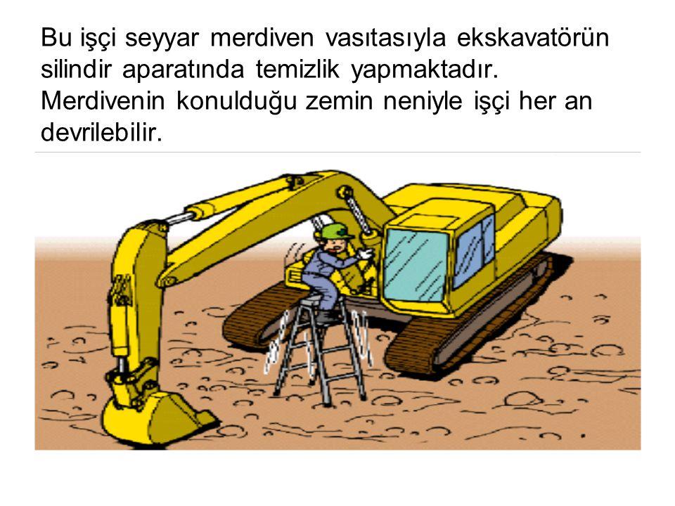 Bu işçi seyyar merdiven vasıtasıyla ekskavatörün silindir aparatında temizlik yapmaktadır.