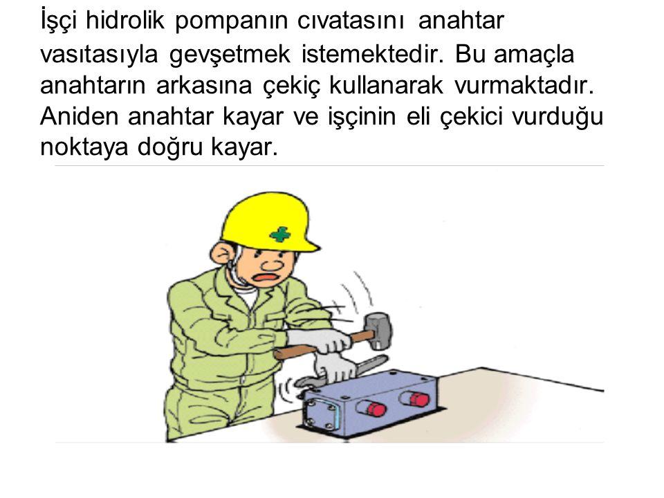 İşçi hidrolik pompanın cıvatasını anahtar vasıtasıyla gevşetmek istemektedir.
