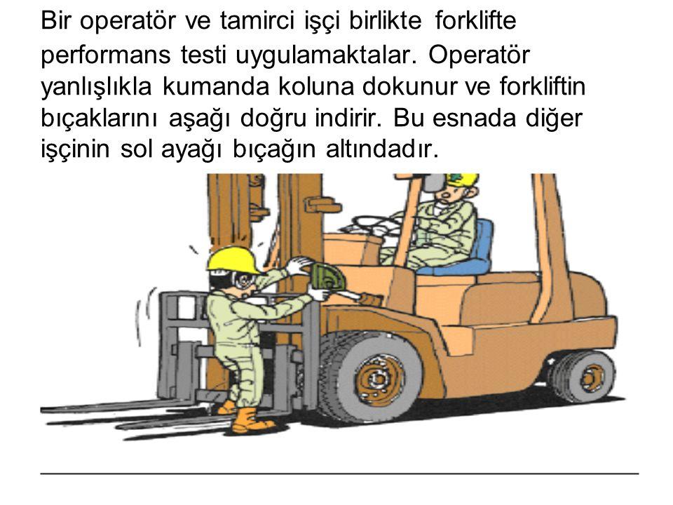 Bir operatör ve tamirci işçi birlikte forklifte performans testi uygulamaktalar.