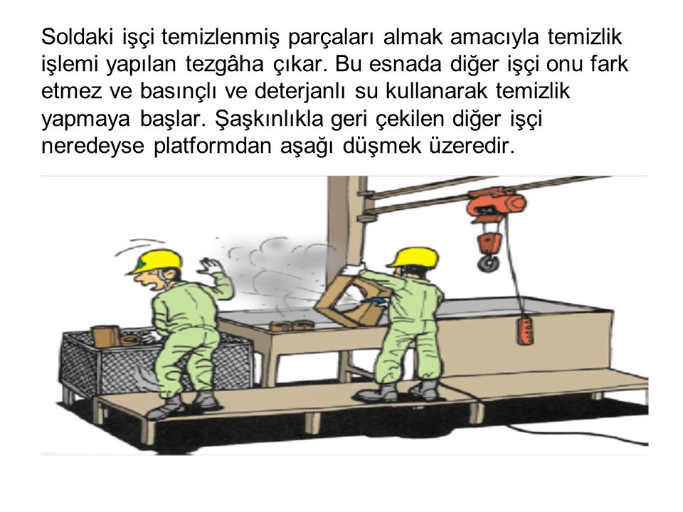 Soldaki işçi temizlenmiş parçaları almak amacıyla temizlik işlemi yapılan tezgâha çıkar.