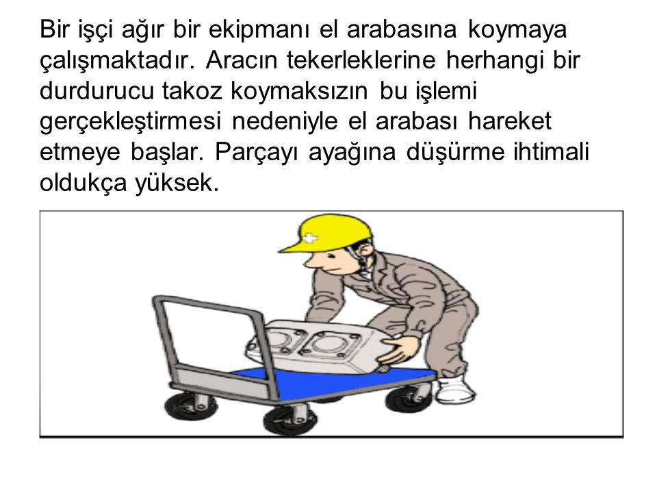 Bir işçi ağır bir ekipmanı el arabasına koymaya çalışmaktadır