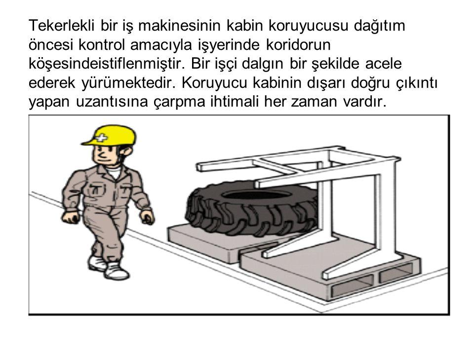 Tekerlekli bir iş makinesinin kabin koruyucusu dağıtım öncesi kontrol amacıyla işyerinde koridorun köşesindeistiflenmiştir.