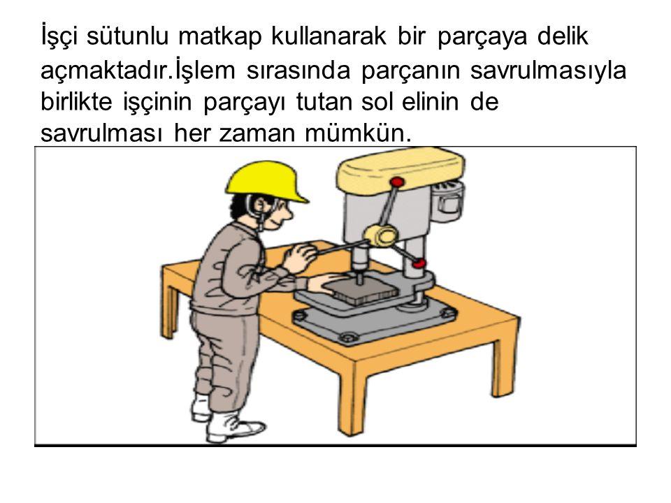 İşçi sütunlu matkap kullanarak bir parçaya delik açmaktadır