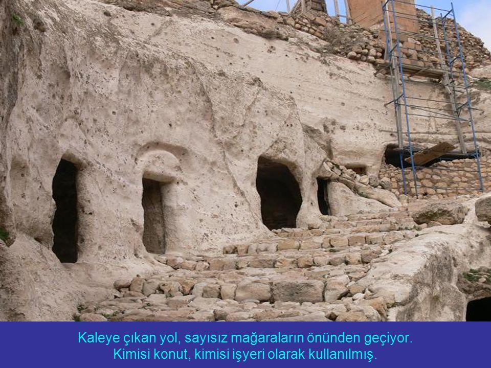 Kaleye çıkan yol, sayısız mağaraların önünden geçiyor