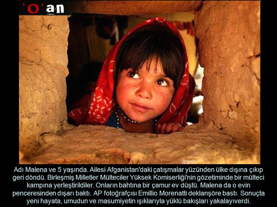 Adı Malena ve 5 yaşında. Ailesi Afganistan daki çatışmalar yüzünden ülke dışına çıkıp geri döndü.