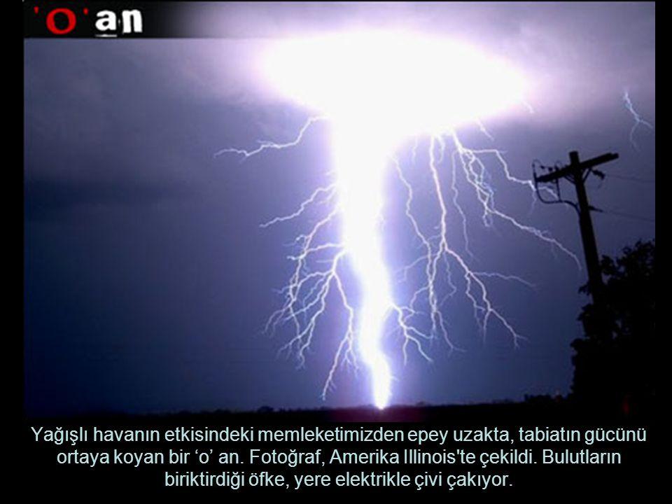 Yağışlı havanın etkisindeki memleketimizden epey uzakta, tabiatın gücünü ortaya koyan bir 'o' an.
