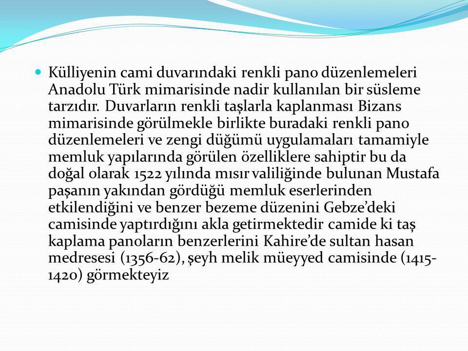 Külliyenin cami duvarındaki renkli pano düzenlemeleri Anadolu Türk mimarisinde nadir kullanılan bir süsleme tarzıdır.