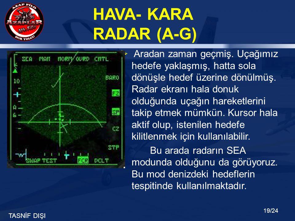 Aradan zaman geçmiş. Uçağımız hedefe yaklaşmış, hatta sola dönüşle hedef üzerine dönülmüş. Radar ekranı hala donuk olduğunda uçağın hareketlerini takip etmek mümkün. Kursor hala aktif olup, istenilen hedefe kilitlenmek için kullanılabilir.