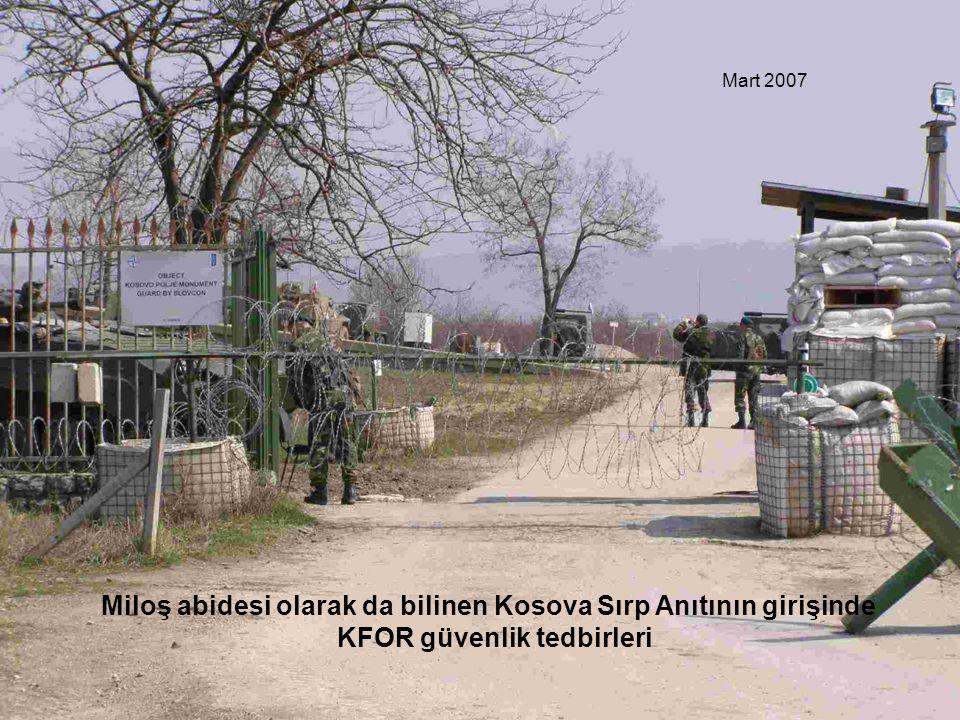 Miloş abidesi olarak da bilinen Kosova Sırp Anıtının girişinde