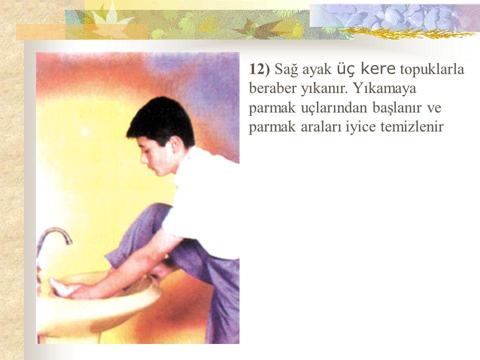 12) Sağ ayak üç kere topuklarla beraber yıkanır