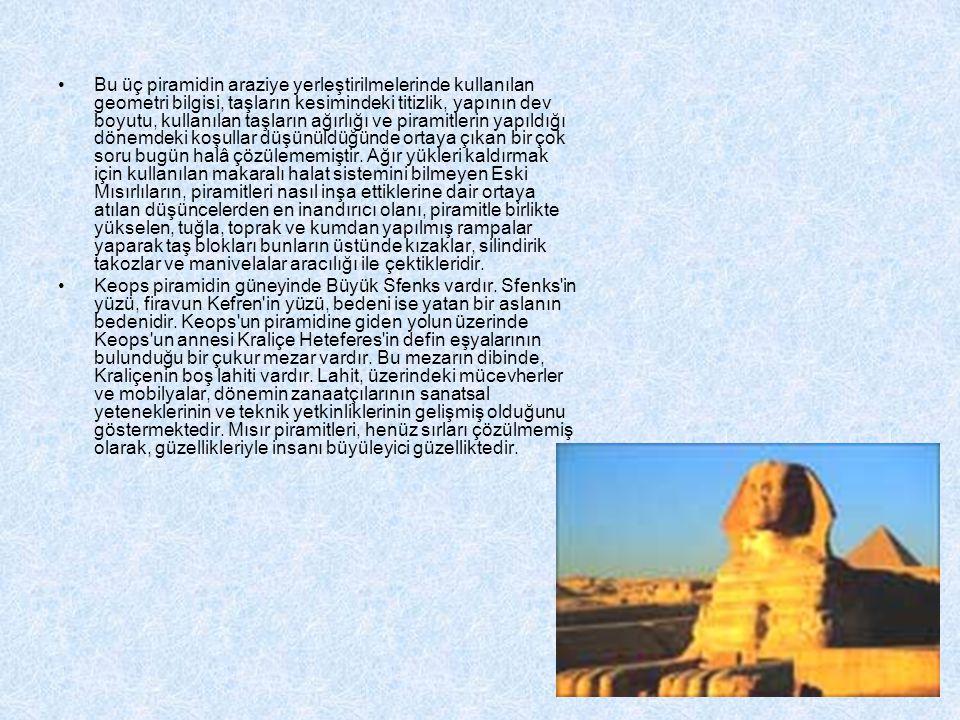 Bu üç piramidin araziye yerleştirilmelerinde kullanılan geometri bilgisi, taşların kesimindeki titizlik, yapının dev boyutu, kullanılan taşların ağırlığı ve piramitlerin yapıldığı dönemdeki koşullar düşünüldüğünde ortaya çıkan bir çok soru bugün halâ çözülememiştir. Ağır yükleri kaldırmak için kullanılan makaralı halat sistemini bilmeyen Eski Mısırlıların, piramitleri nasıl inşa ettiklerine dair ortaya atılan düşüncelerden en inandırıcı olanı, piramitle birlikte yükselen, tuğla, toprak ve kumdan yapılmış rampalar yaparak taş blokları bunların üstünde kızaklar, silindirik takozlar ve manivelalar aracılığı ile çektikleridir.