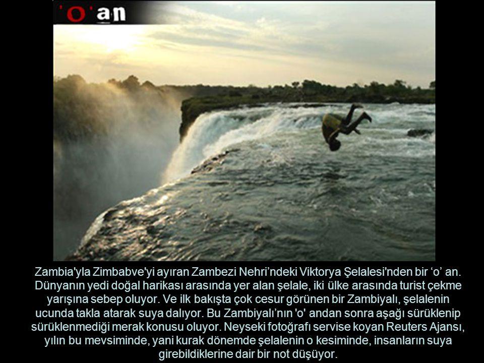Zambia yla Zimbabve yi ayıran Zambezi Nehri'ndeki Viktorya Şelalesi nden bir 'o' an.