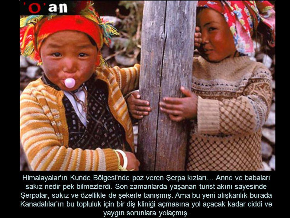 Himalayalar ın Kunde Bölgesi nde poz veren Şerpa kızları… Anne ve babaları sakız nedir pek bilmezlerdi.