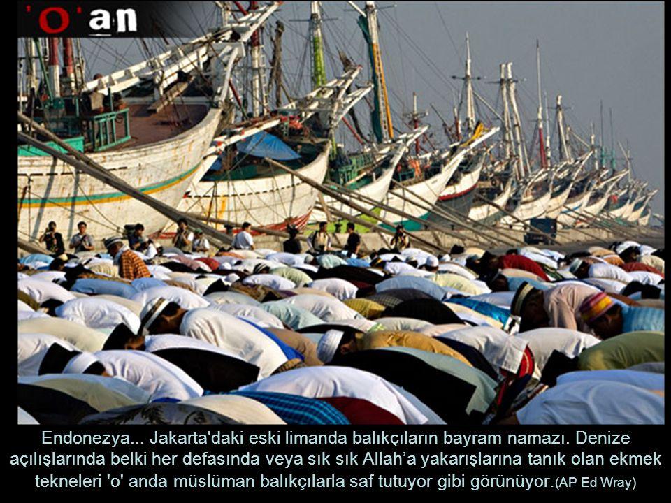 Endonezya. Jakarta daki eski limanda balıkçıların bayram namazı