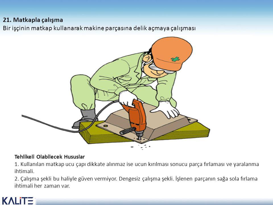 Bir işçinin matkap kullanarak makine parçasına delik açmaya çalışması
