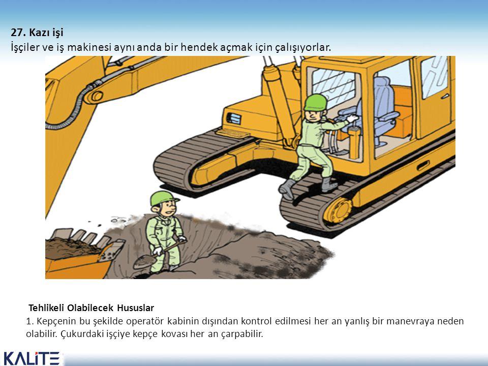İşçiler ve iş makinesi aynı anda bir hendek açmak için çalışıyorlar.